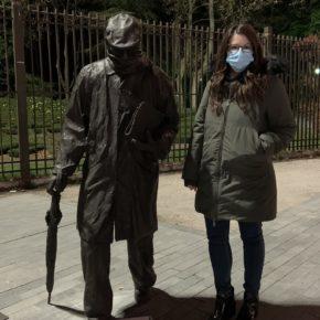 Gema Gómez visita la estatua a Miguel Delibes en el día del centenario del nacimiento del autor vallisoletano