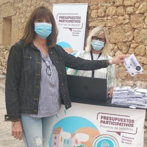 Nuria Duque visita los stand de la Diputación para votar las propuestas de los presupuestos participativos y ejerce su derecho a voto